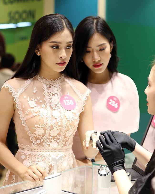 Sự thật về đôi giày mà Trần Tiểu Vy cứ diện đi diện lại khi tham dự Hoa hậu Việt Nam - Ảnh 9.