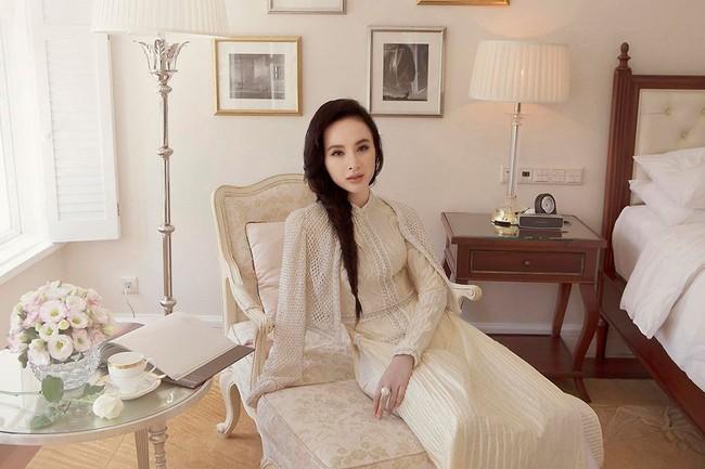 Nhẹ nhàng, mong manh như HH Đỗ Mỹ Linh cũng có tới 3 lần đụng độ váy áo với người đẹp nóng bỏng Angela Phương Trinh - Ảnh 9.