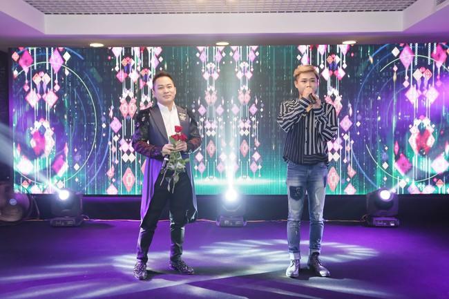 Tùng Dương lần đầu song ca cùng em trai trên sân khấu - Ảnh 1.