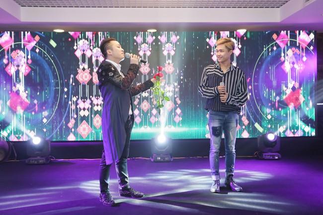 Tùng Dương lần đầu song ca cùng em trai trên sân khấu - Ảnh 2.