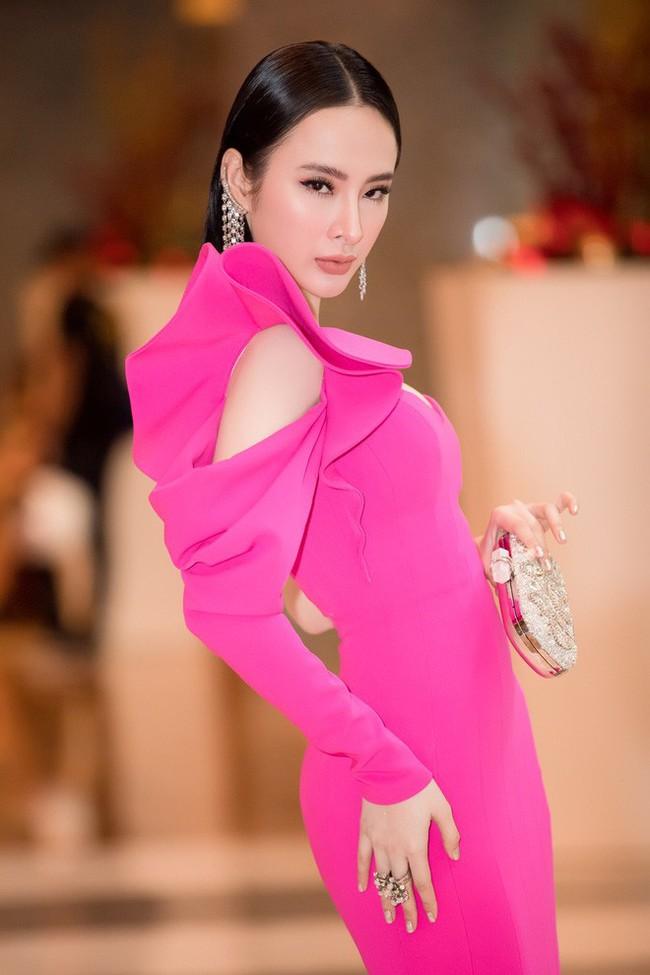 Nhẹ nhàng, mong manh như HH Đỗ Mỹ Linh cũng có tới 3 lần đụng độ váy áo với người đẹp nóng bỏng Angela Phương Trinh - Ảnh 4.