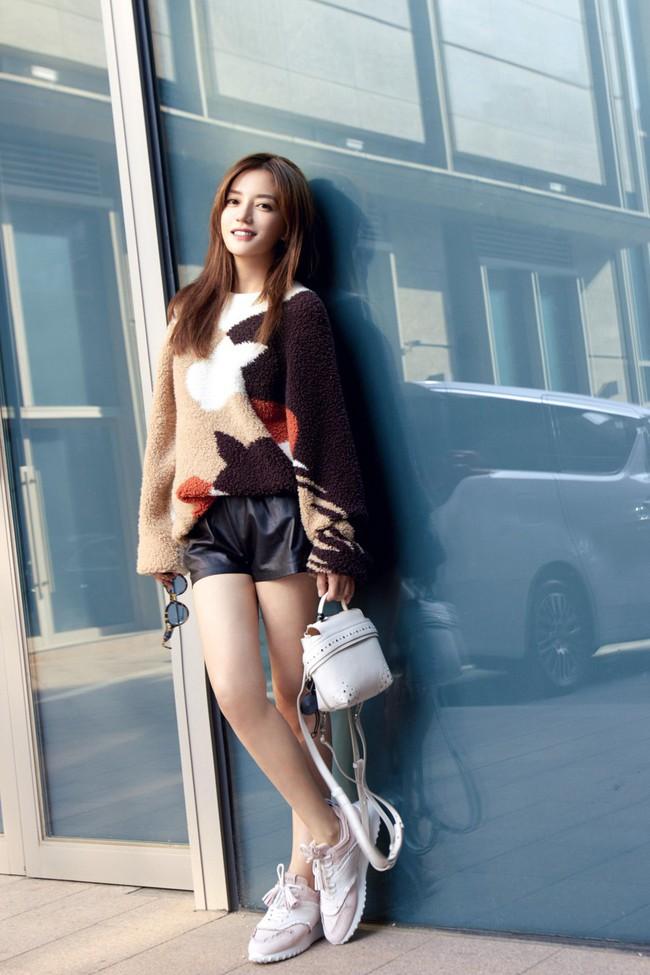 """Diện áo len dày sụ giữa trời thu, Triệu Vy lại khiến dân tình xao xuyến với style """"lão hóa ngược"""" - Ảnh 1."""
