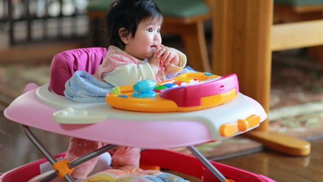 Rất nhiều bé phải nhập viện vì nứt sọ, chấn thương - một lần nữa các bác sĩ khuyến cáo không cho trẻ dùng xe tập đi! - Ảnh 2.