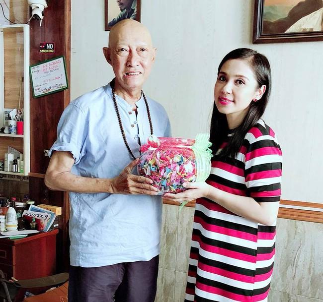 Rơi nước mắt trước món quà Việt Trinh gửi tặng nghệ sĩ Lê Bình  - Ảnh 1.