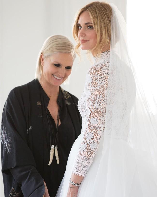 Váy cưới của hot fashionista Chiara Ferragni đẹp hơn tưởng tượng, được Dior thiết kế riêng và tốn tới 1600 giờ để hoàn thiện - Ảnh 2.