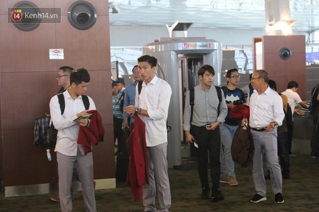Để ý mới thấy, tuyển Olympic Việt Nam mặc đồng phục trông bảnh bao và trendy ra phết - Ảnh 1.