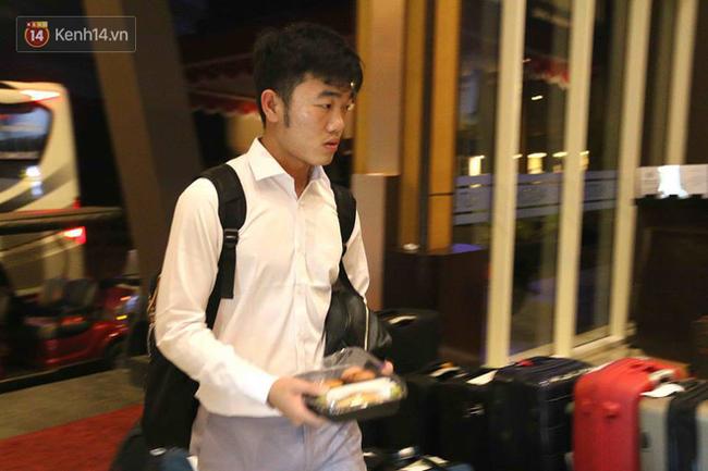 Để ý mới thấy, tuyển Olympic Việt Nam mặc đồng phục trông bảnh bao và trendy ra phết - Ảnh 3.