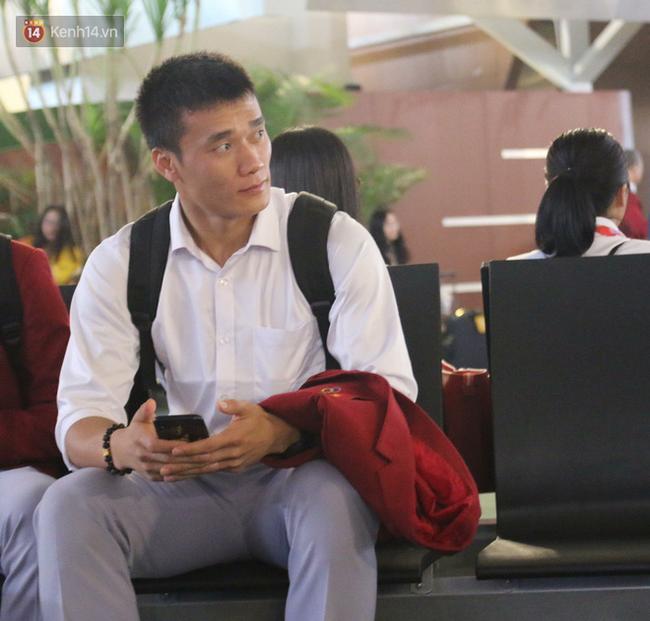 Để ý mới thấy, tuyển Olympic Việt Nam mặc đồng phục trông bảnh bao và trendy ra phết - Ảnh 4.
