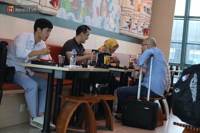 Để ý mới thấy, tuyển Olympic Việt Nam mặc đồng phục trông bảnh bao và trendy ra phết - Ảnh 8.