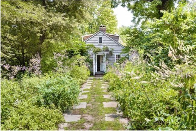 Khu vườn nhỏ xanh tươi bên ngôi nhà rêu phong cũ kỹ chỉ nhìn thôi đã thấy yên bình  - Ảnh 1.