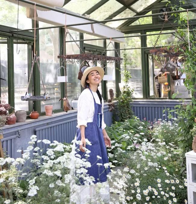 Cô gái độc thân sở hữu 1 nhà hàng và 1 căn nhà lúc nào cũng ngập tràn màu sắc của các loại hoa - Ảnh 3.