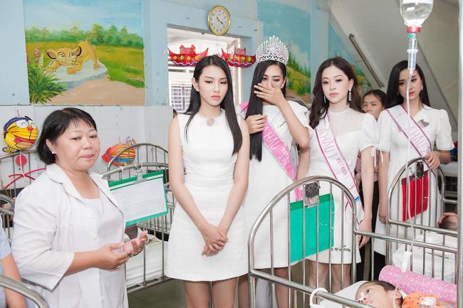 Hoa hậu Trần Tiểu Vy đẹp rạng ngời khi vui đùa cùng các em nhỏ - Ảnh 5.