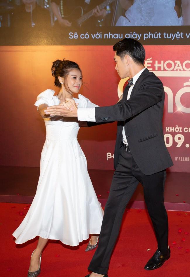 Hoàng Yến Chibi và Quang Đăng tình tứ nhảy múa trong họp báo  - Ảnh 1.