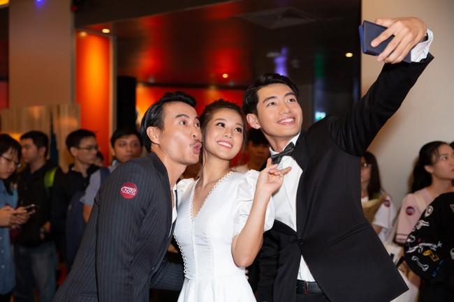 Hoàng Yến Chibi và Quang Đăng tình tứ nhảy múa trong họp báo  - Ảnh 4.