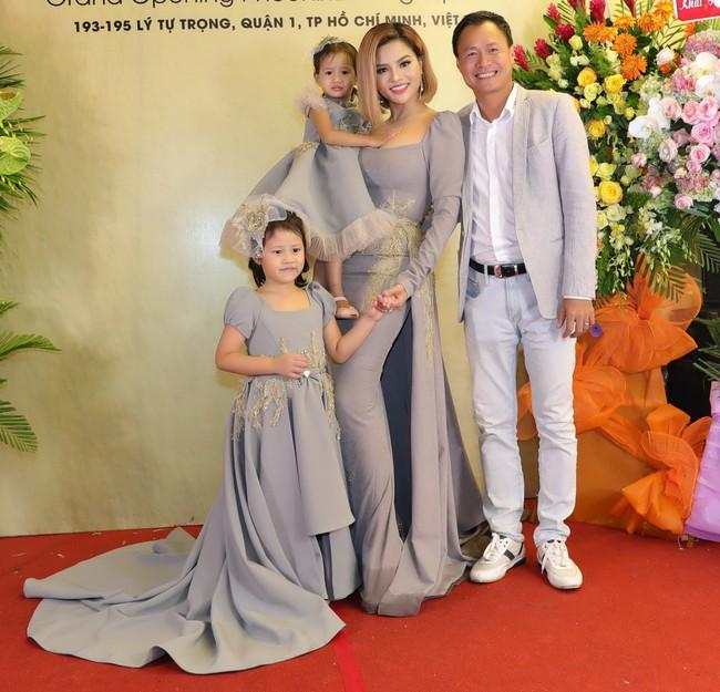 Lần đầu tiên, Vũ Thu Phương đưa 2 con riêng của chồng đi sự kiện - Ảnh 3.