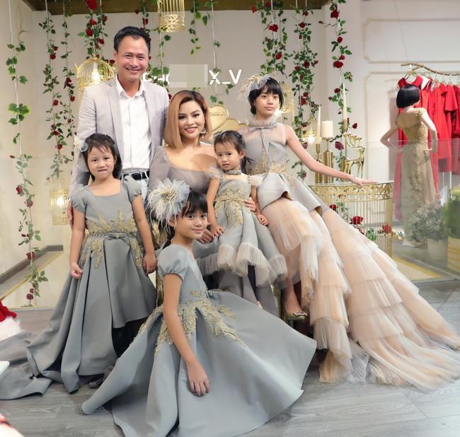 Lần đầu tiên, Vũ Thu Phương đưa 2 con riêng của chồng đi sự kiện - Ảnh 4.