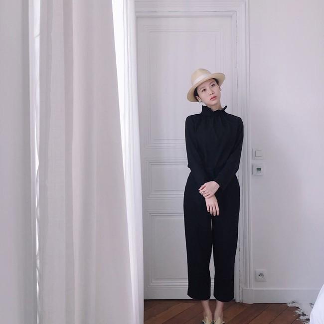 Chỉ diện quanh 3 màu đen – trắng – be nhưng phong cách của cô nàng này vẫn thật sang và cuốn hút khó cưỡng - Ảnh 6.