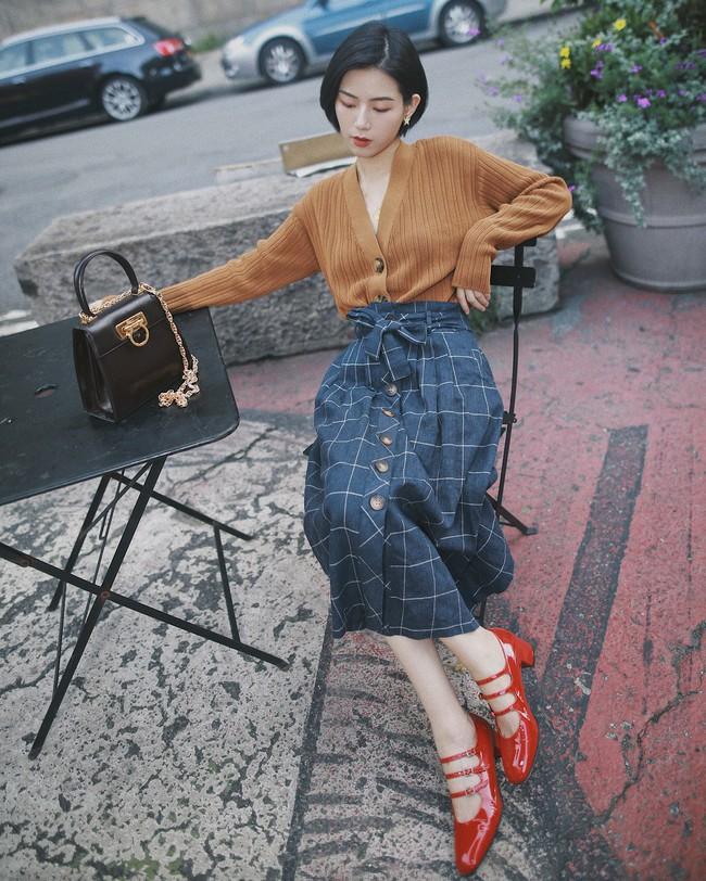 Chân ngắn hay dài mặc lên đều cao ráo tức thì với 15 công thức mix đồ thú vị từ chân váy midi - Ảnh 4.