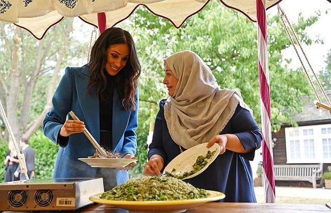 Bất ngờ bị gió thổi rối tung mái tóc, Meghan khiến chị em phụ nữ phát ghen khi được Hoàng tử Harry làm cho điều ngọt ngào này - Ảnh 1.