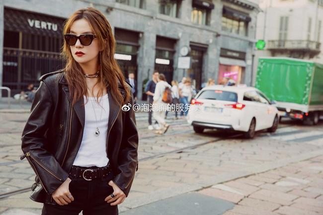 Đâu cần váy áo lồng lộn, Triệu Vy ăn vận giản đơn mà vẫn khí chất ngời ngời tại Milan Fashion Week - Ảnh 5.