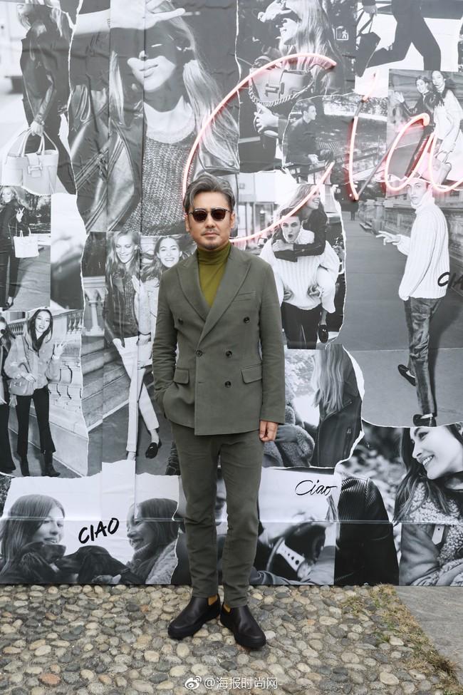 Đâu cần váy áo lồng lộn, Triệu Vy ăn vận giản đơn mà vẫn khí chất ngời ngời tại Milan Fashion Week - Ảnh 6.