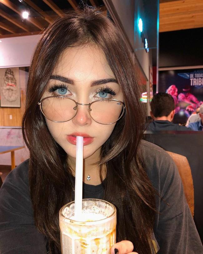 Vlogger Brazil sở hữu nhan sắc xinh đẹp đến ma mị: Muốn lạc luôn trong đôi mắt xanh ấy! - Ảnh 11.