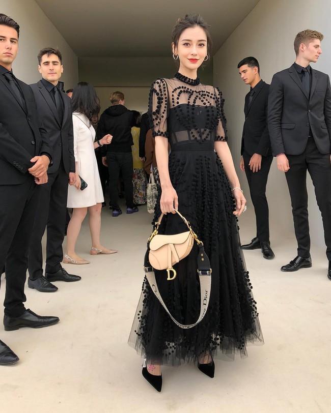 Angela Baby mặc váy đen mà nổi bần bật, Gong Hyo Jin diện nguyên set đồ người mẫu dự show Dior - Ảnh 2.