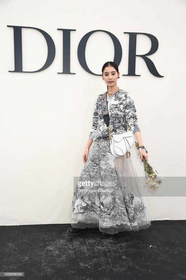 Angela Baby mặc váy đen mà nổi bần bật, Gong Hyo Jin diện nguyên set đồ người mẫu dự show Dior - Ảnh 11.