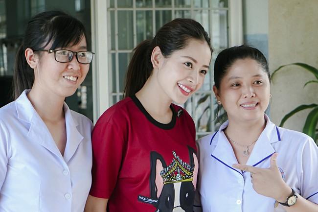 Chi Pu xuất hiện giản dị bên mẹ khi đi từ thiện  - Ảnh 2.