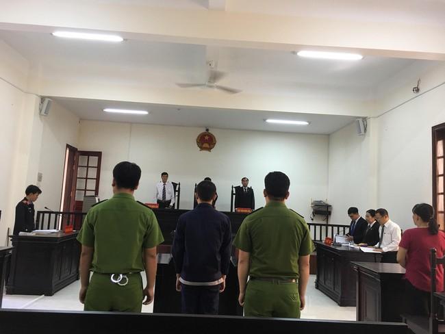 Xót xa cảnh bé gái 13 tuổi ẵm con trai 7 tháng đến tòa nghe xét xử gã hàng xóm đồi bại hiếp dâm mình - Ảnh 5.