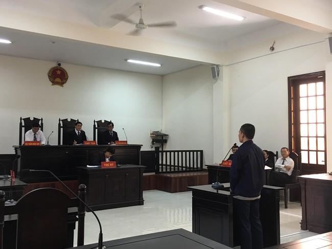 Xót xa cảnh bé gái 13 tuổi ẵm con trai 7 tháng đến tòa nghe xét xử gã hàng xóm đồi bại hiếp dâm mình - Ảnh 1.