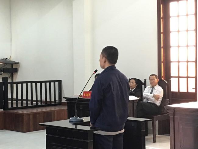 Xót xa cảnh bé gái 13 tuổi ẵm con trai 7 tháng đến tòa nghe xét xử gã hàng xóm đồi bại hiếp dâm mình - Ảnh 3.