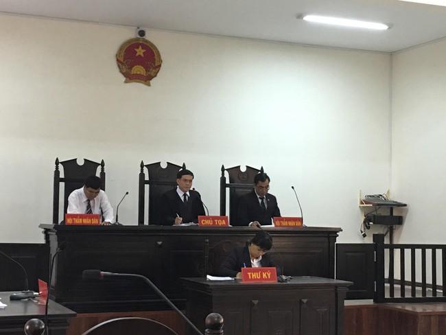 Xót xa cảnh bé gái 13 tuổi ẵm con trai 7 tháng đến tòa nghe xét xử gã hàng xóm đồi bại hiếp dâm mình - Ảnh 4.