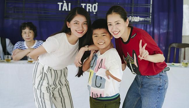 Chi Pu xuất hiện giản dị bên mẹ khi đi từ thiện  - Ảnh 3.