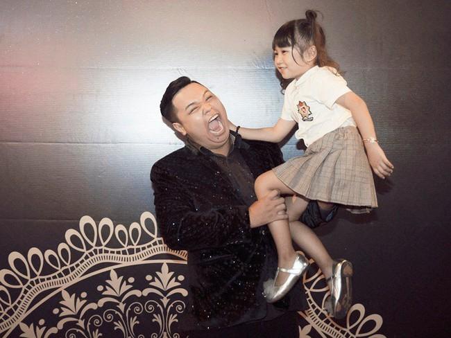 Ông bố đơn thân Ưng Đại Vệ hạnh phúc khoe con gái ngày càng xinh xắn  - Ảnh 3.