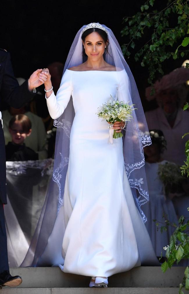 Bí mật tinh tế phía sau váy cưới của Meghan Markle lại khiến người ta nhớ đến công nương Diana và Kate Middleton - Ảnh 1.