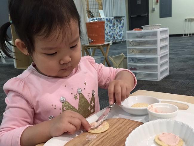 Theo phương pháp Montessori thì đây là 10 việc nên để con tự làm - Ảnh 6.