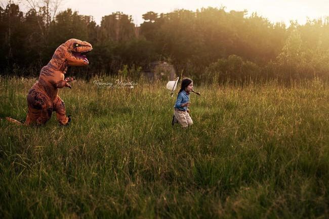 Bộ ảnh gia đình hot nhất MXH: Bé trai tự kỷ sợ chụp ảnh, bố mẹ sắm luôn bộ đồ khủng long để em tự tin lên hình cùng cả nhà - Ảnh 3.