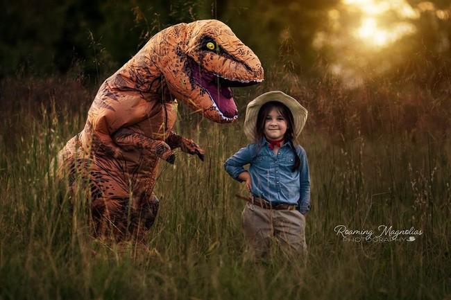 Bộ ảnh gia đình hot nhất MXH: Bé trai tự kỷ sợ chụp ảnh, bố mẹ sắm luôn bộ đồ khủng long để em tự tin lên hình cùng cả nhà - Ảnh 6.