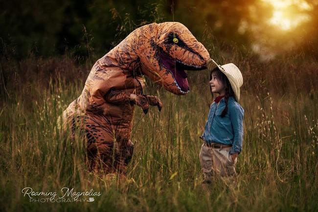 Bộ ảnh gia đình hot nhất MXH: Bé trai tự kỷ sợ chụp ảnh, bố mẹ sắm luôn bộ đồ khủng long để em tự tin lên hình cùng cả nhà - Ảnh 7.