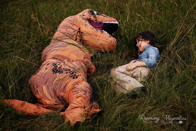Bộ ảnh gia đình hot nhất MXH: Bé trai tự kỷ sợ chụp ảnh, bố mẹ sắm luôn bộ đồ khủng long để em tự tin lên hình cùng cả nhà - Ảnh 8.