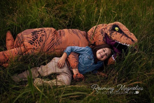 Bộ ảnh gia đình hot nhất MXH: Bé trai tự kỷ sợ chụp ảnh, bố mẹ sắm luôn bộ đồ khủng long để em tự tin lên hình cùng cả nhà - Ảnh 9.
