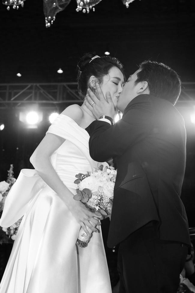 Phía sau giọt nước mắt của Nhã Phương - Trường Giang tại đám cưới là câu chuyện xúc động ít người biết - Ảnh 1.