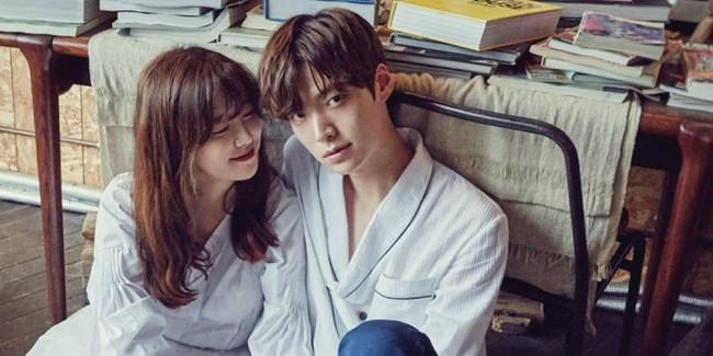 Bỏ rơi vợ Goo Hye Sun ở nhà, Ahn Jae Hyun sánh đôi cùng gái lạ - Ảnh 3.