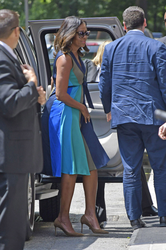 Phải đến khi bà Michelle Obama rời Nhà Trắng, chúng ta mới được ngắm nhiều khoảnh khắc bà diện đồ trẻ trung và phóng khoáng đến vậy - Ảnh 6.