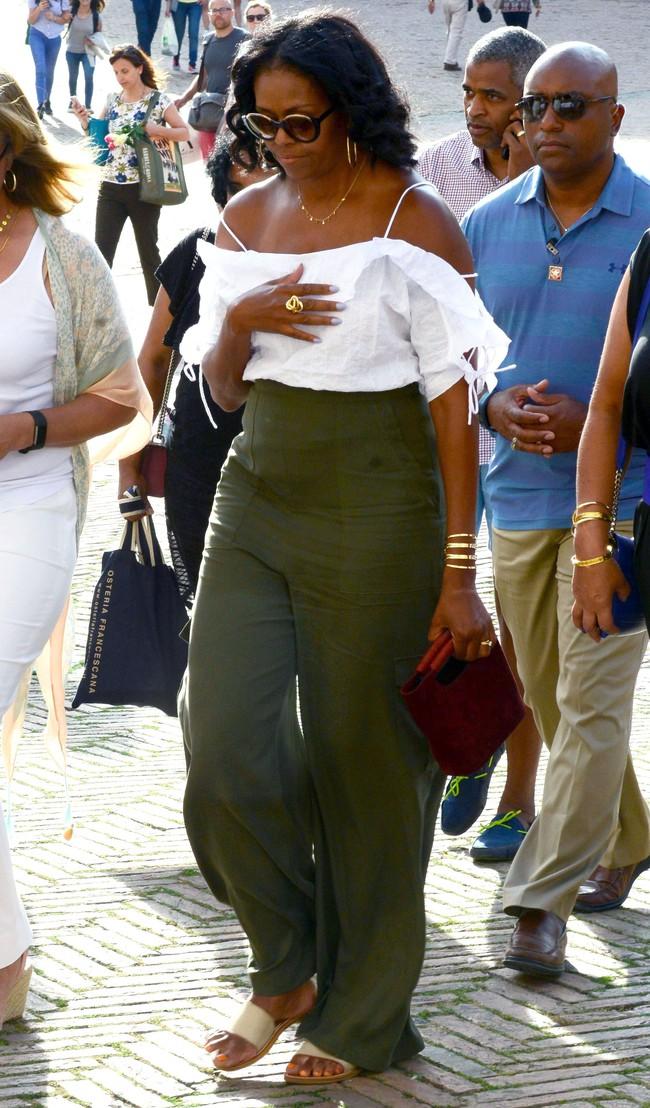 Phải đến khi bà Michelle Obama rời Nhà Trắng, chúng ta mới được ngắm nhiều khoảnh khắc bà diện đồ trẻ trung và phóng khoáng đến vậy - Ảnh 7.
