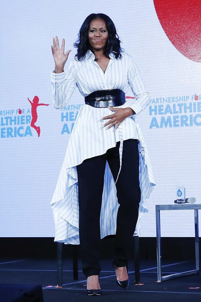 Phải đến khi bà Michelle Obama rời Nhà Trắng, chúng ta mới được ngắm nhiều khoảnh khắc bà diện đồ trẻ trung và phóng khoáng đến vậy - Ảnh 10.