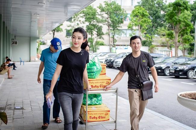 Không chỉ mỗi bà bầu Diệp Lâm Anh nhiều sao Việt khác lên đồ đi từ thiện, nhìn thì đơn giản mà bóc giá ra thì cả chục triệu đồng - Ảnh 6.