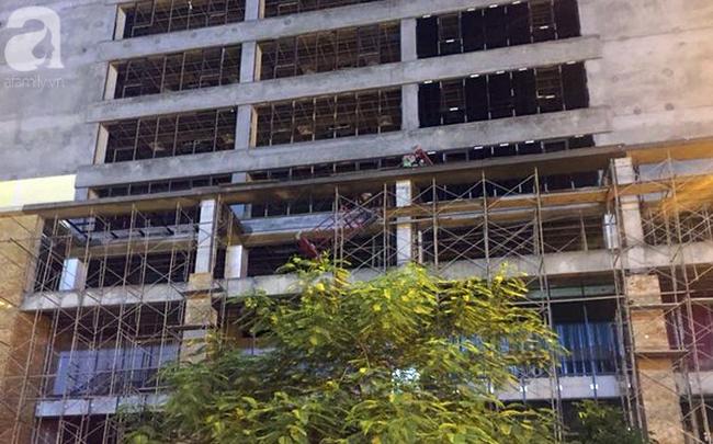 Khởi tố vụ thanh sắt rơi từ công trình cao tầng khiến bà mẹ đơn thân tử vong trên đường Lê Văn Lương - Ảnh 2.