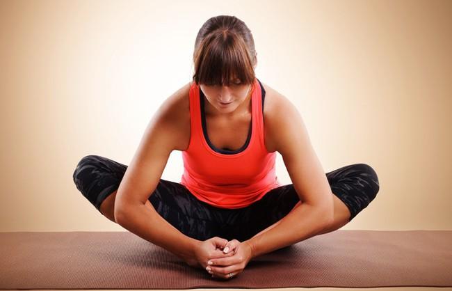 Những bài tập yoga cơ bản giúp bạn vừa giảm cân lại có thể ngăn ngừa táo bón - Ảnh 2.